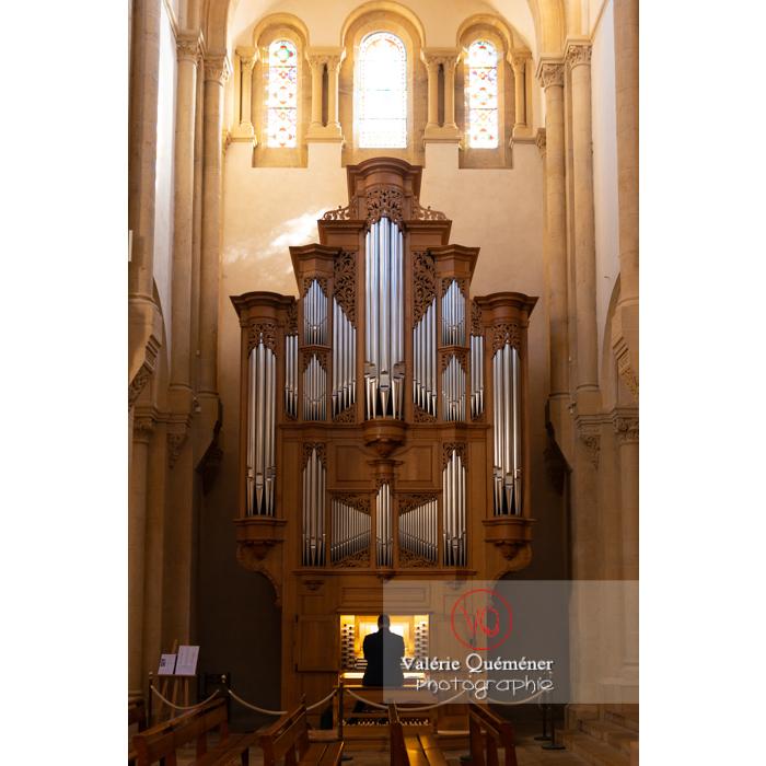 Entraînement sur l'orgue de l'église du Sacré-Coeur de Charolles / Bourgogne - Réf : VQFR71-0255 (Q3)