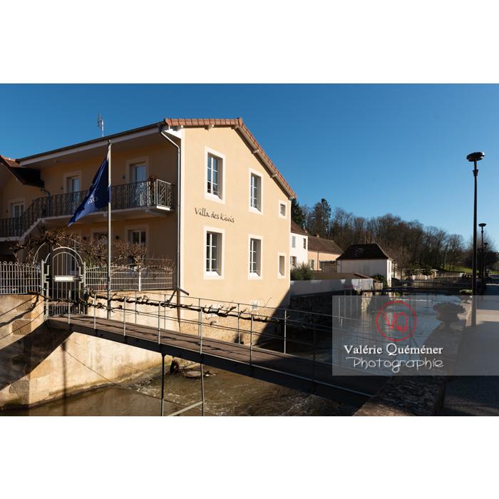 Passerelles reliant les maisons au-dessus de la rivière la Semence traversant Charolles / Saône-et-Loire / Bourgogne-Franche-Comté - Réf : VQFR71-0257 (Q3)