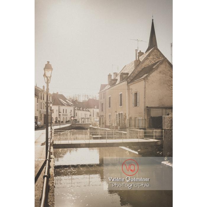 Rivière la Semence traversant la ville de Charolles / Saône-et-Loire / Bourgogne-Franche-Comté - Réf : VQFR71-0260-TV (Q3)