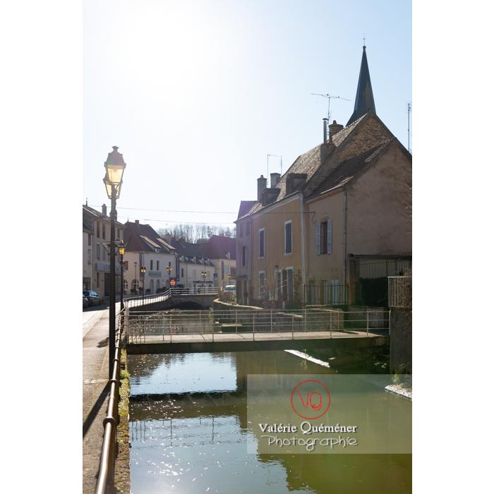 Rivière la Semence traversant la ville de Charolles / Saône-et-Loire / Bourgogne-Franche-Comté - Réf : VQFR71-0260 (Q3)