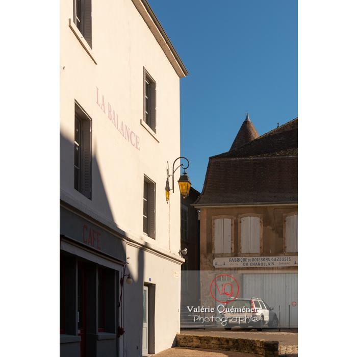 Façade d'un ancien café du centre ville de Charolles / Saône-et-Loire / Bourgogne-Franche-Comté - Réf : VQFR71-0263 (Q3)