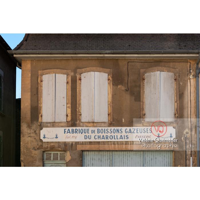 Ancienne façade de fabrique de boisson gazeuse à Charolles / Saône-et-Loire / Bourgogne-Franche-Comté - Réf : VQFR71-0264 (Q3)