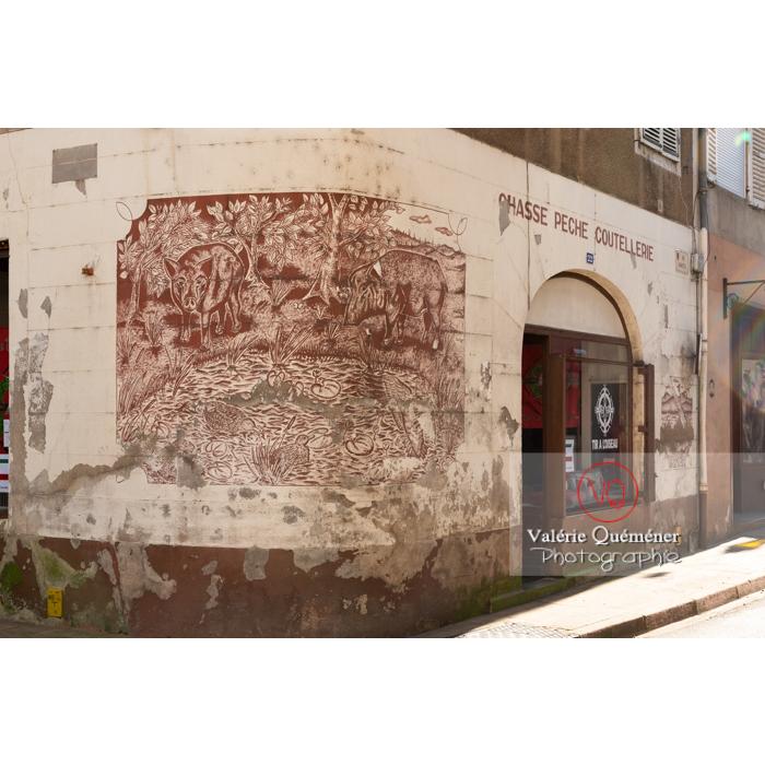 Peinture sur un mur de commerce dans le centre ville de Charolles / Saône-et-Loire / Bourgogne-Franche-Comté - Réf : VQFR71-0266 (Q3)