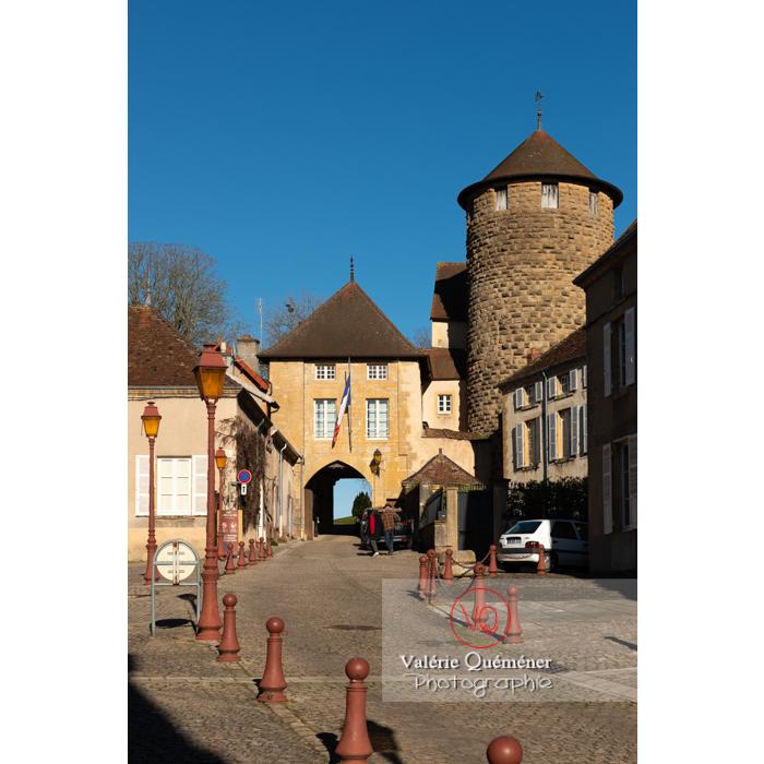Entrée de l'hôtel de ville et tour des diamants du château de Charles le Téméraire, Charolles / Saône-et-Loire / Bourgogne-Franche-Comté - Réf : VQFR71-0267 (Q3)