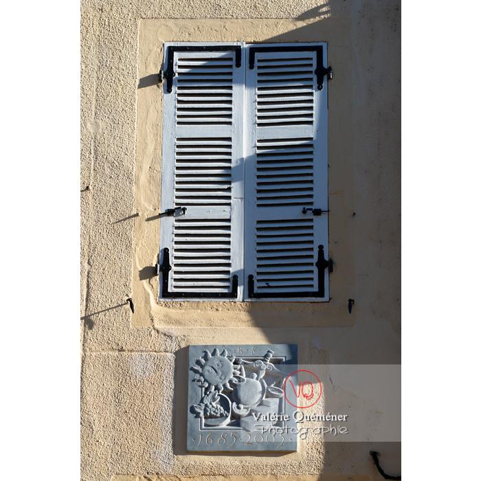 Détail de faïence en décoration sur un mur dans la ville de Charolles / Saône-et-Loire / Bourgogne-Franche-Comté - Réf : VQFR71-0280 (Q3)