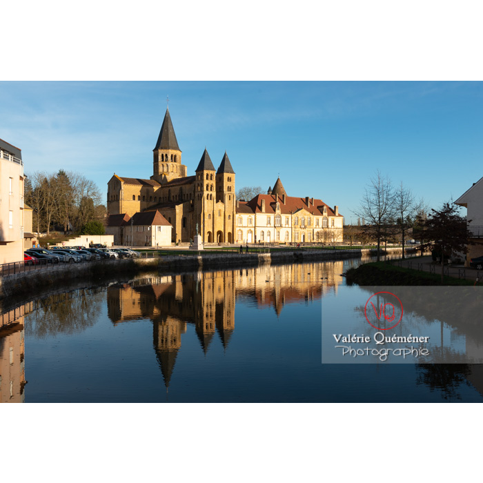 Ensemble avec la Basilique du Sacré-Cœur, au bord de la Bourbince, à Paray-le-Monial / Saône-et-Loire / Bourgogne-Franche-Comté - Réf : VQFR71-0291 (Q3)