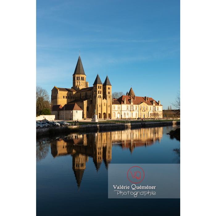 Ensemble basilique du Sacré-Cœur (MH) et prieuré Notre-Dame (MH), au bord de la Bourbince, à Paray-le-Monial / Saône-et-Loire / Bourgogne-Franche-Comté - Réf : VQFR71-0292 (Q3)