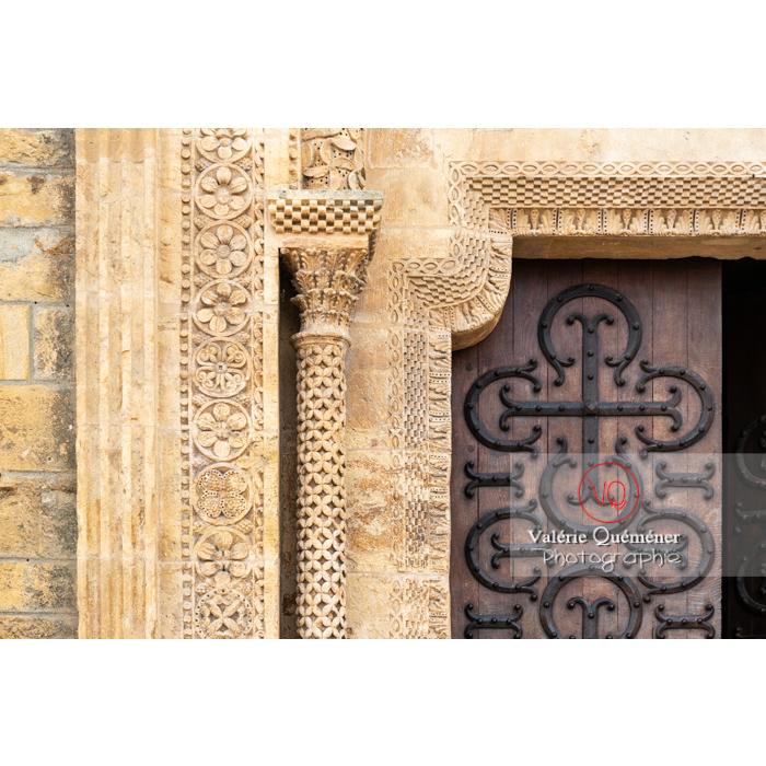 Détail bas-relief autour de la porte latérale de la Basilique du Sacré-Cœur, à Paray-le-Monial / Saône-et-Loire / Bourgogne-Franche-Comté - Réf : VQFR71-0296 (Q3)