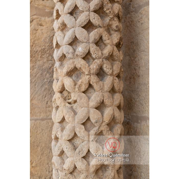 Détail bas-relief autour de la porte latérale de la Basilique du Sacré-Cœur, à Paray-le-Monial / Saône-et-Loire / Bourgogne-Franche-Comté - Réf : VQFR71-0297 (Q3)