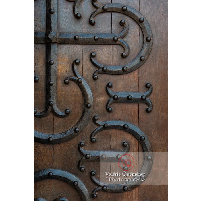 Détail porte latérale de la Basilique du Sacré-Cœur, à Paray-le-Monial / Saône-et-Loire / Bourgogne-Franche-Comté - Réf : VQFR71-0298 (Q3)