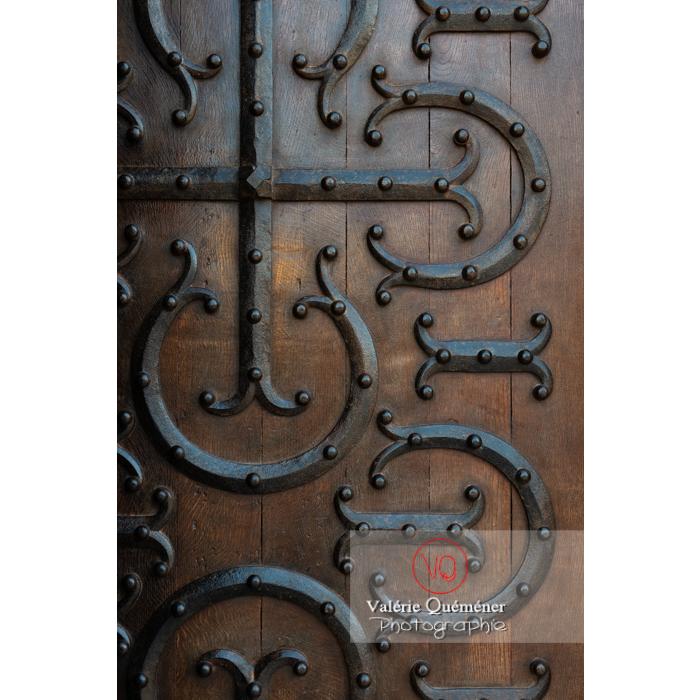 Détail porte latérale de la Basilique du Sacré-Cœur, à Paray-le-Monial / Saône-et-Loire / Bourgogne-Franche-Comté - Réf : VQFR71-0299 (Q3)