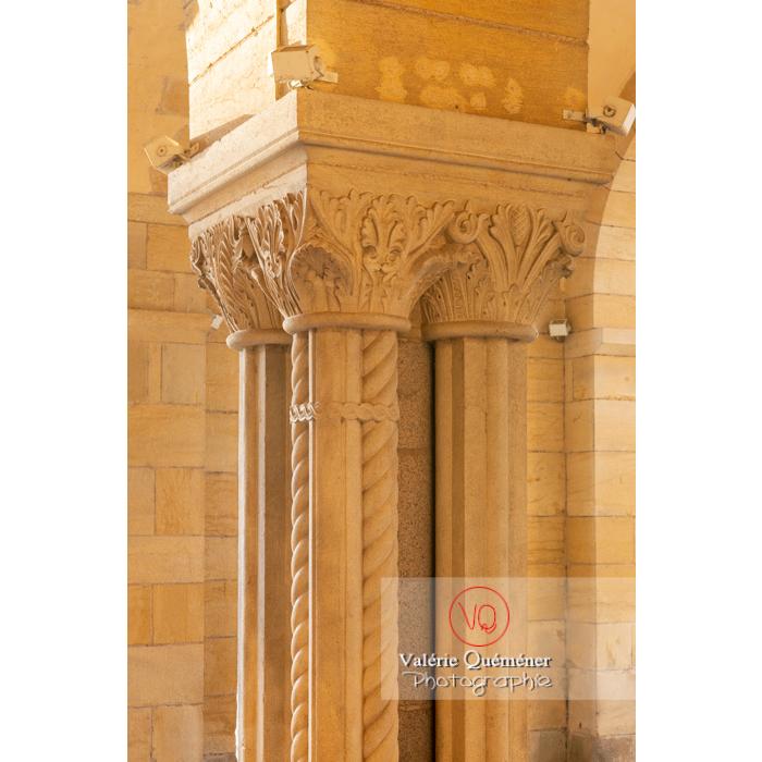 Chapiteaux des piliers de la Basilique du Sacré-Cœur, à Paray-le-Monial / Saône-et-Loire / Bourgogne-Franche-Comté - Réf : VQFR71-0304 (Q3)