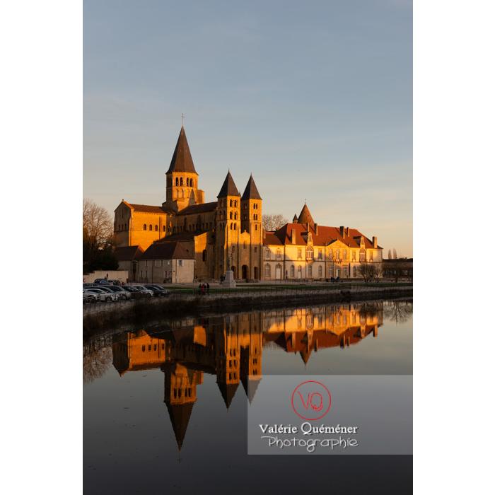 Ensemble avec la Basilique du Sacré-Cœur, au bord de la Bourbince, à Paray-le-Monial / Saône-et-Loire / Bourgogne-Franche-Comté - Réf : VQFR71-0310 (Q3)