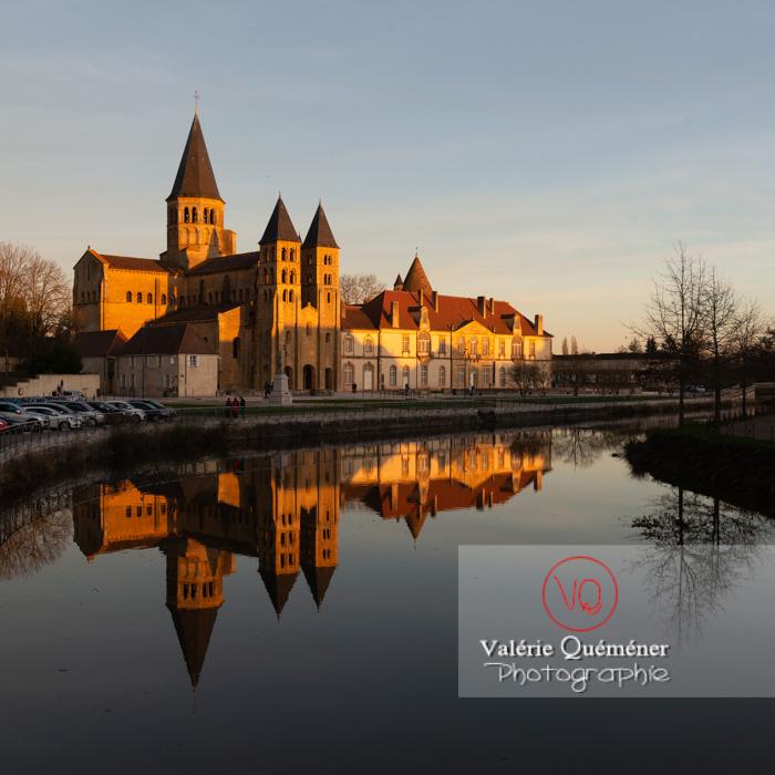 Ensemble basilique du Sacré-Cœur (MH) et prieuré Notre-Dame (MH), au bord de la Bourbince, à Paray-le-Monial / Saône-et-Loire / Bourgogne-Franche-Comté - Réf : VQFR71-0311 (Q3)
