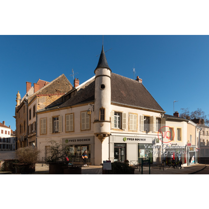 Maison place Lamartine avec une tour de style gothique, à Paray-le-Monial / Saône-et-Loire / Bourgogne-Franche-Comté - Réf : VQFR71-0314 (Q3)