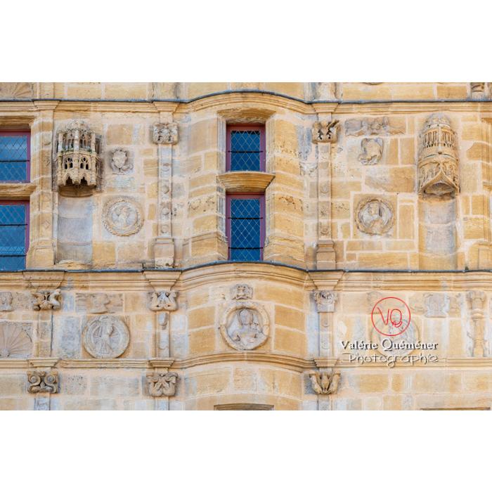 Bas-relief de la maison Jayet, à la façade de style renaissance, aujourd'hui hôtel de ville de Paray-le-Monial / Saône-et-Loire / Bourgogne-Franche-Comté - Réf : VQFR71-0324 (Q3)