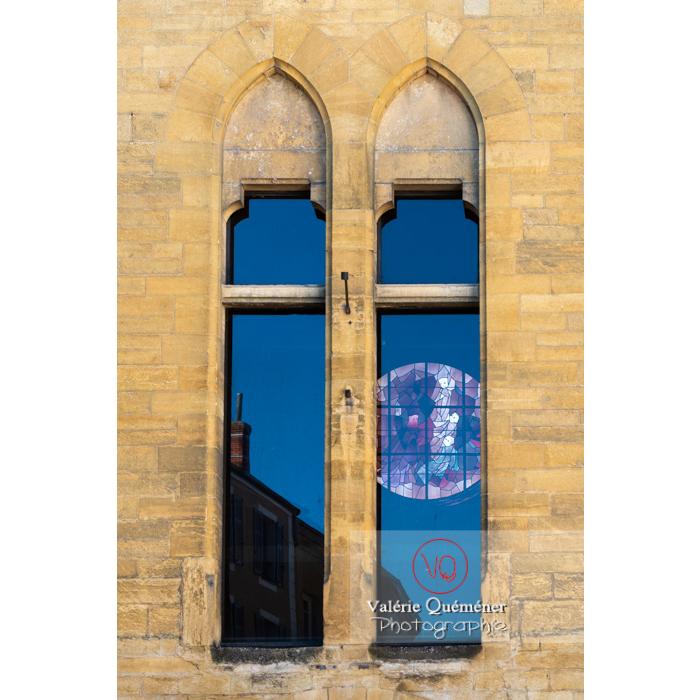 Détail fenêtres de la tour Saint-Nicolas, ancienne église du XVIème de style gothique, à Paray-le-Monial / Saône-et-Loire / Bourgogne-Franche-Comté - Réf : VQFR71-0334 (Q3)