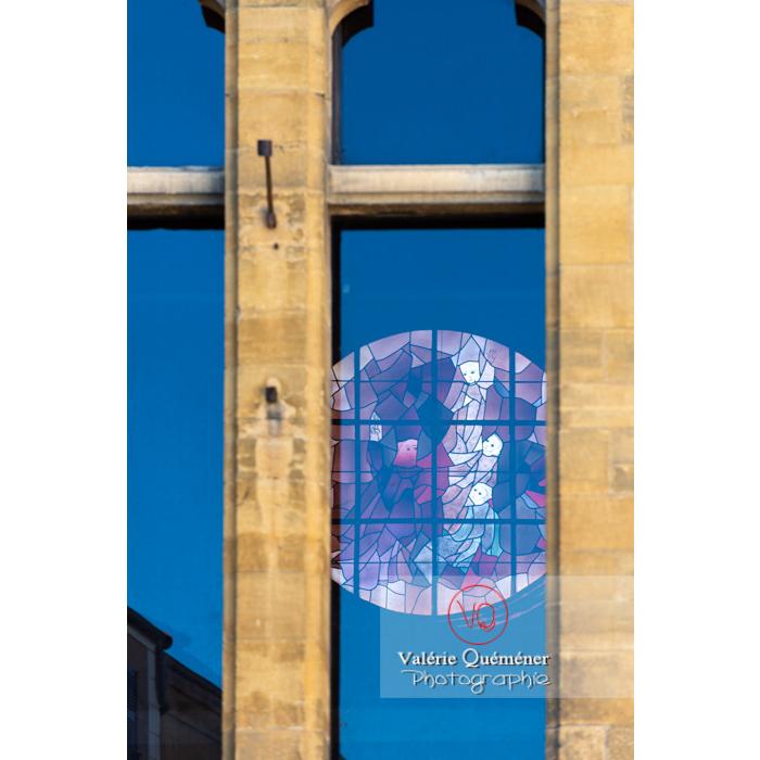 Vitrail de la tour Saint-Nicolas, ancienne église du XVIème de style gothique, à Paray-le-Monial / Saône-et-Loire / Bourgogne-Franche-Comté - Réf : VQFR71-0335 (Q3)