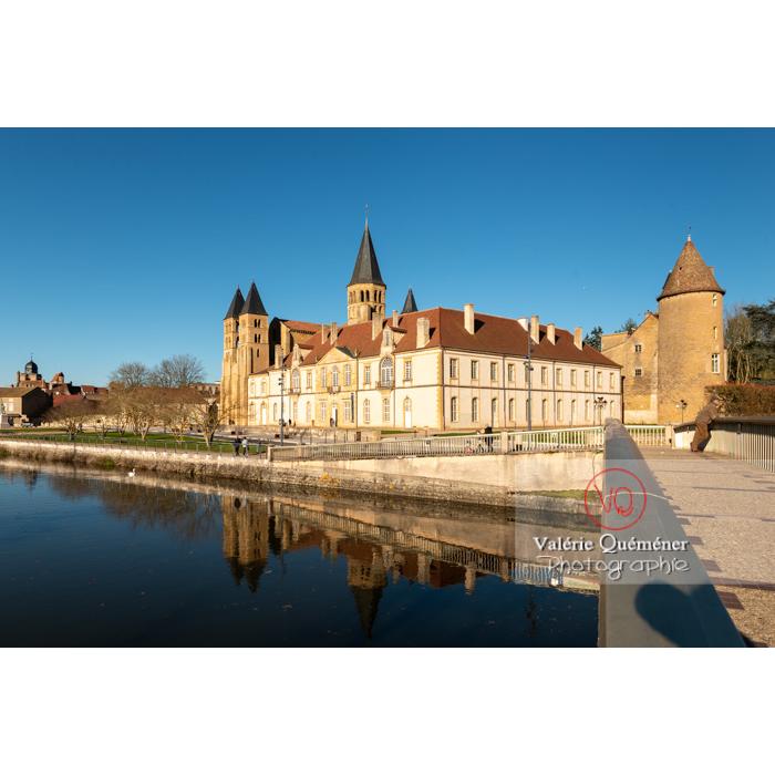 Ensemble avec la Basilique du Sacré-Cœur, au bord de la Bourbince, à Paray-le-Monial / Saône-et-Loire / Bourgogne-Franche-Comté - Réf : VQFR71-0387 (Q3)