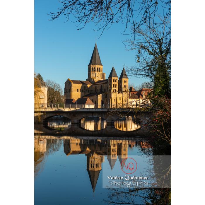 Ensemble avec la Basilique du Sacré-Cœur, au bord de la Bourbince, à Paray-le-Monial / Saône-et-Loire / Bourgogne-Franche-Comté - Réf : VQFR71-0394 (Q3)