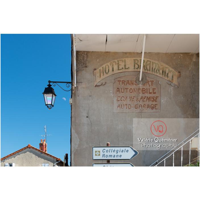 Vieille écriture sur un mur à Semur-en-Brionnais / Saône-et-Loire / Bourgogne-Franche-Comté - Réf : VQFR71-2675 (Q3)
