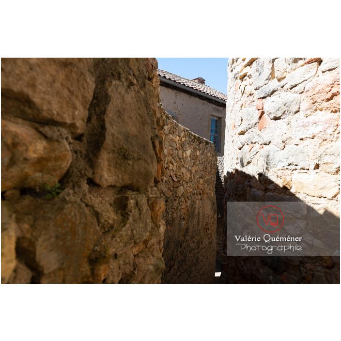 Passage entre les murs du château Saint-Hugues à Semur-en-Brionnais / Saône-et-Loire / Bourgogne-Franche-Comté - Réf : VQFR71-2678 (Q3)