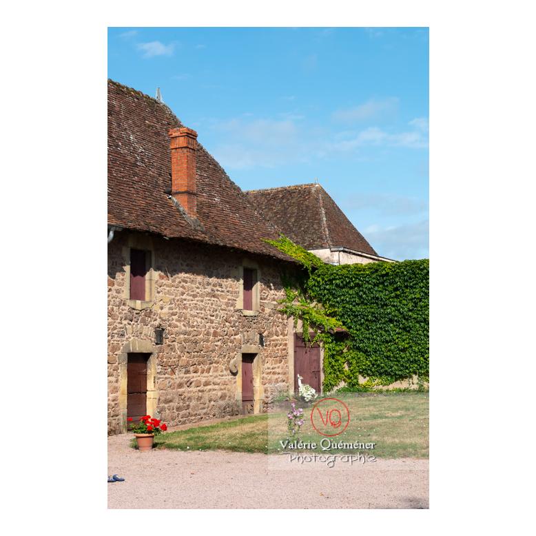 Habitation dans la cour du château de La Clayette (MH) / La Clayette / Saône-et-Loire / Bourgogne-Franche-Comté - Réf : VQFR71-2712 (Q3)