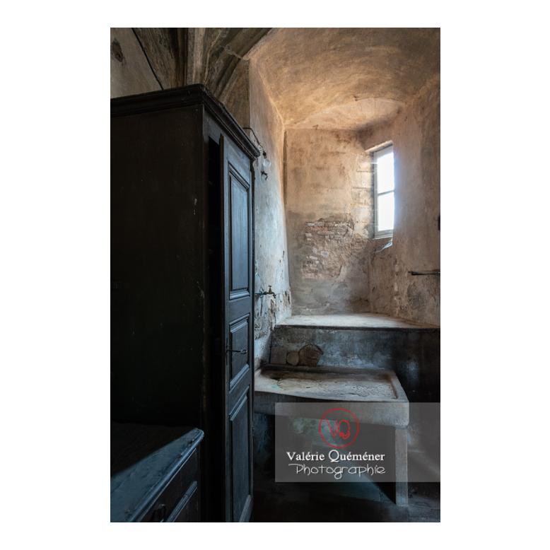 Table de travail en pierre dans la cuisine médiévale du château de La Clayette (MH) / La Clayette / Saône-et-Loire / Bourgogne-Franche-Comté - Réf : VQFR71-2723 (Q3)
