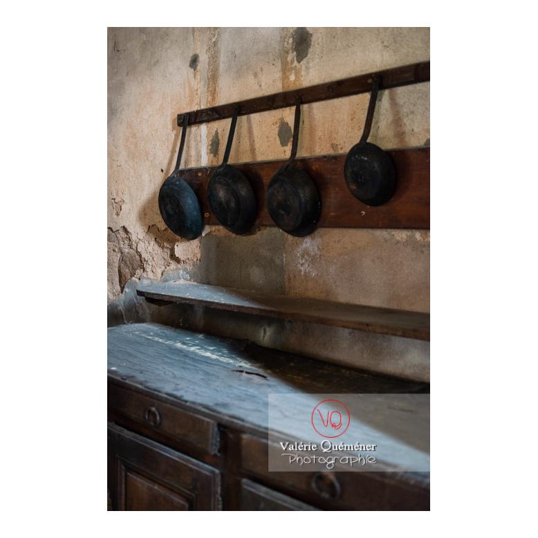 Ustensiles dans la cuisine médiévale du château de La Clayette (MH) / La Clayette / Saône-et-Loire / Bourgogne-Franche-Comté - Réf : VQFR71-2724 (Q3)
