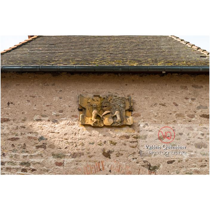 Blason sur le mur d'une dépendance du château de La Clayette (MH) / La Clayette / Saône-et-Loire / Bourgogne-Franche-Comté - Réf : VQFR71-2731 (Q3)