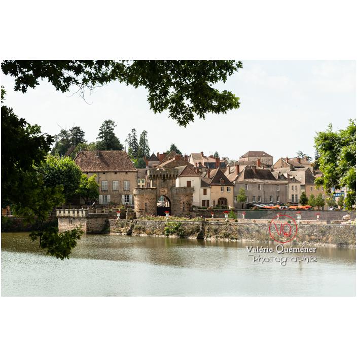 Étang et ville depuis le château de La Clayette (MH) / La Clayette / Saône-et-Loire / Bourgogne-Franche-Comté - Réf : VQFR71-2779 (Q3)