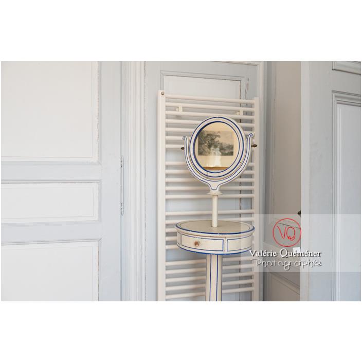 Détail d'un sèche serviette moderne dans une salle de bain du château de Drée (MH) à Curbigny / Saône-et-Loire / Bourgogne-Franche-Comté - Réf : VQFR71-2842 (Q3)