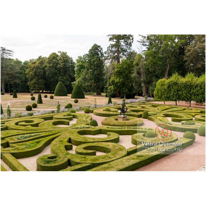 Art topiaire et parterre de broderie au jardin remarquable à la française du château de Drée (MH) à Curbigny / Saône-et-Loire / Bourgogne-Franche-Comté - Réf : VQFR71-2879 (Q3)