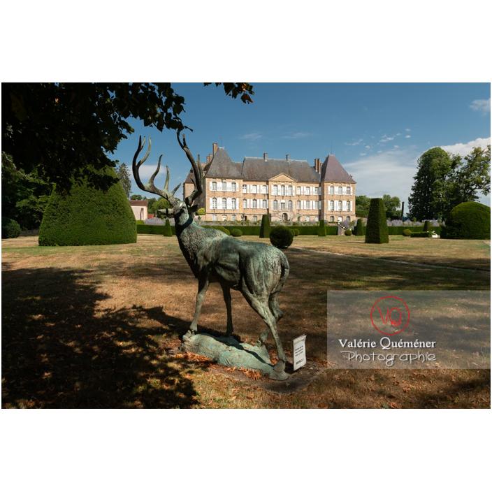 Sculpture d'un cerf dans le parc du château de Drée (MH) à Curbigny / Saône-et-Loire / Bourgogne-Franche-Comté - Réf : VQFR71-2900 (Q3)