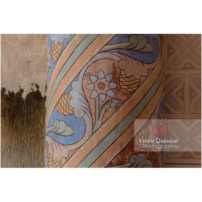 Peinture d'un pilier de l'église du château de Pierreclos / Saône-et-Loire / Bourgogne-Franche-Comté - Réf : VQFR71-3179 (Q3)