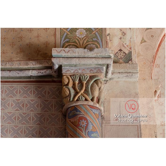 Chapiteau peint dans l'église du château de Pierreclos / Saône-et-Loire / Bourgogne-Franche-Comté - Réf : VQFR71-3181 (Q3)