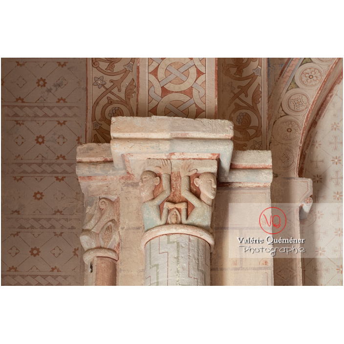 Chapiteau peint dans l'église du château de Pierreclos / Saône-et-Loire / Bourgogne-Franche-Comté - Réf : VQFR71-3182 (Q3)