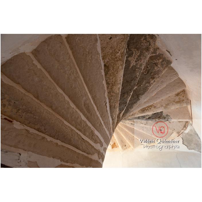 Dessous d'un escalier en colimaçon en pierre au château de Pierreclos / Saône-et-Loire / Bourgogne-Franche-Comté - Réf : VQFR71-3196 (Q3)