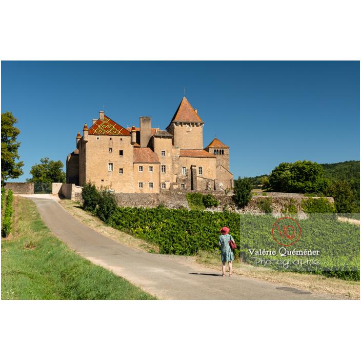 Femme se dirigeant vers le château de Pierreclos / Saône-et-Loire / Bourgogne-Franche-Comté - Réf : VQFR71-3202 (Q3)