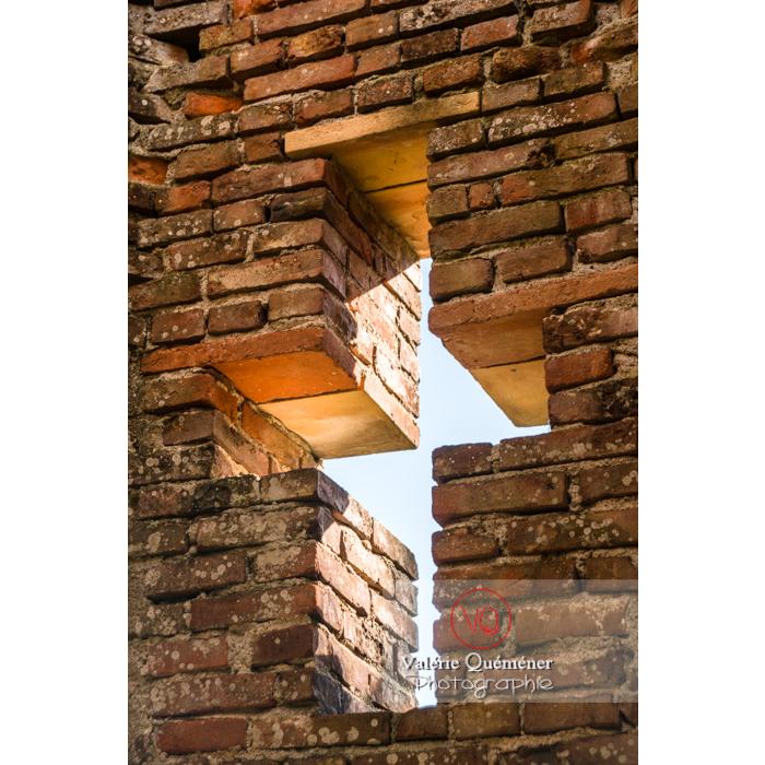 Détail ouverture du château de Saint-Sulpice-la-Pointe en forme de croix / Tarn / Occitanie - Réf : VQFR81-0273 (Q3)