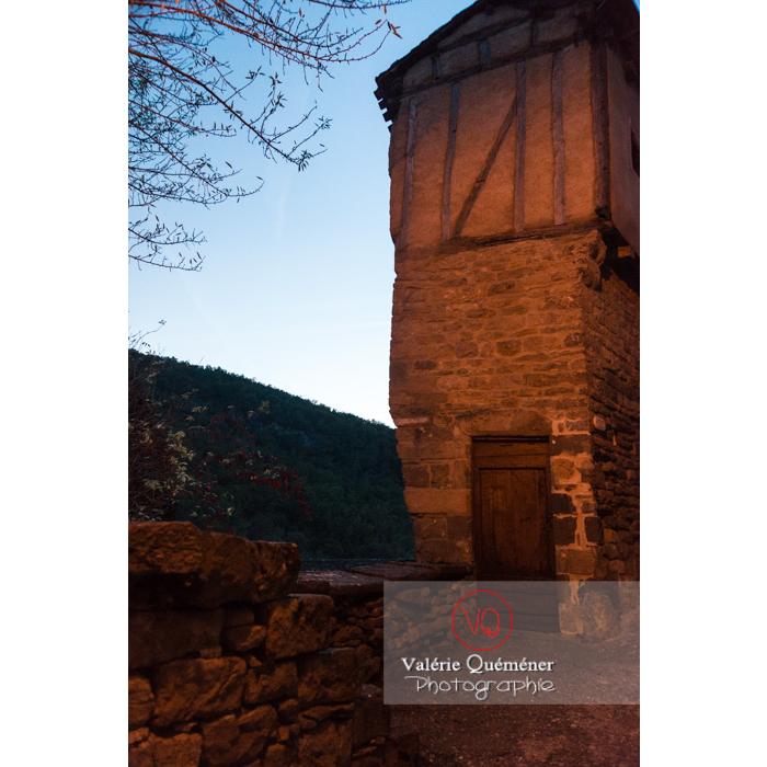 Village de Penne à la tombée de la nuit / Tarn / Occitanie - Réf : VQFR81-0388 (Q3)