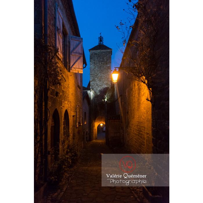 Village de Penne à la tombée de la nuit / Tarn / Occitanie - Réf : VQFR81-0389 (Q3)