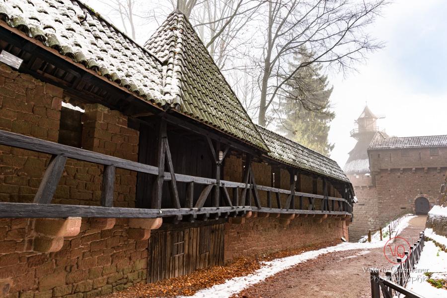 Chemin de ronde de l'enceinte du château du Haut-Koenigsbourg en hiver sous la neige | © Valérie Quéméner - Réf : VQFR67-0194