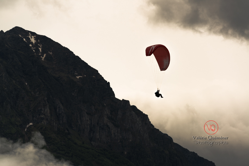 © Valérie Quéméner I Parapente dans la brume - Réf : para-0181