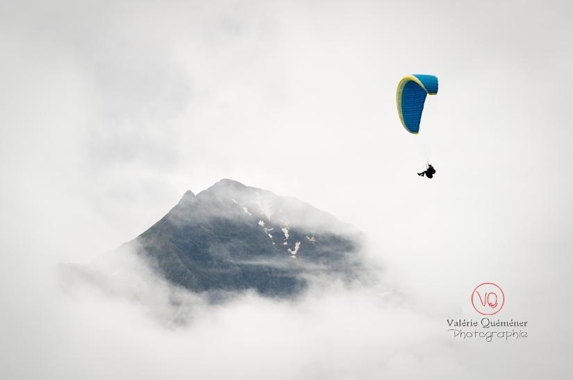 © Valérie Quéméner I Parapente dans la brume - Réf : para-0224