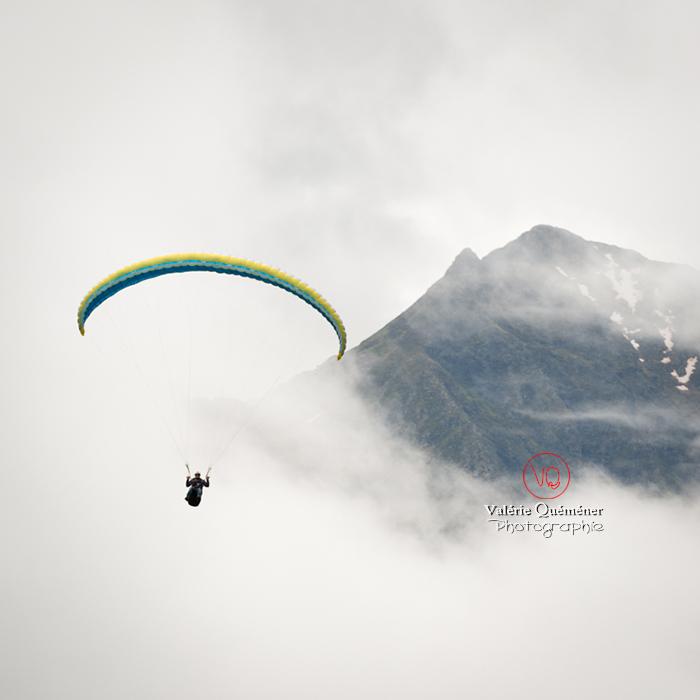 © Valérie Quéméner I Parapente dans la brume - Réf : para-0225