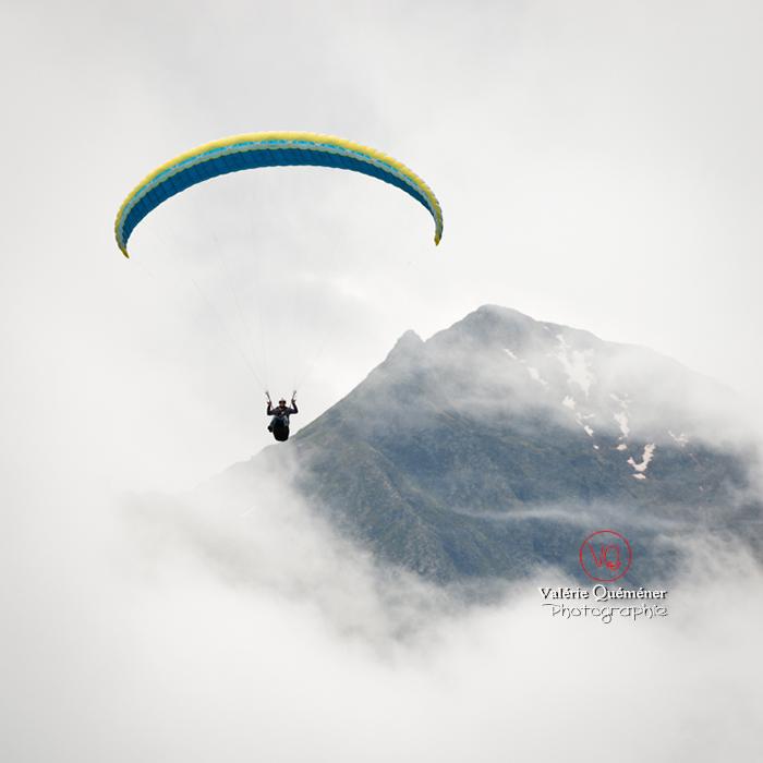 © Valérie Quéméner I Parapente dans la brume - Réf : para-0226