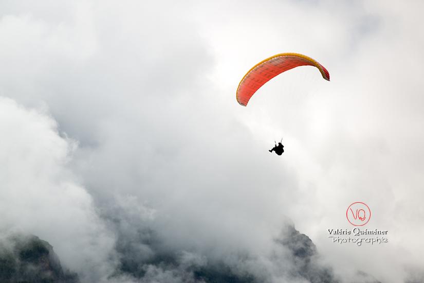 © Valérie Quéméner I Parapente dans la brume - Réf : para-0422