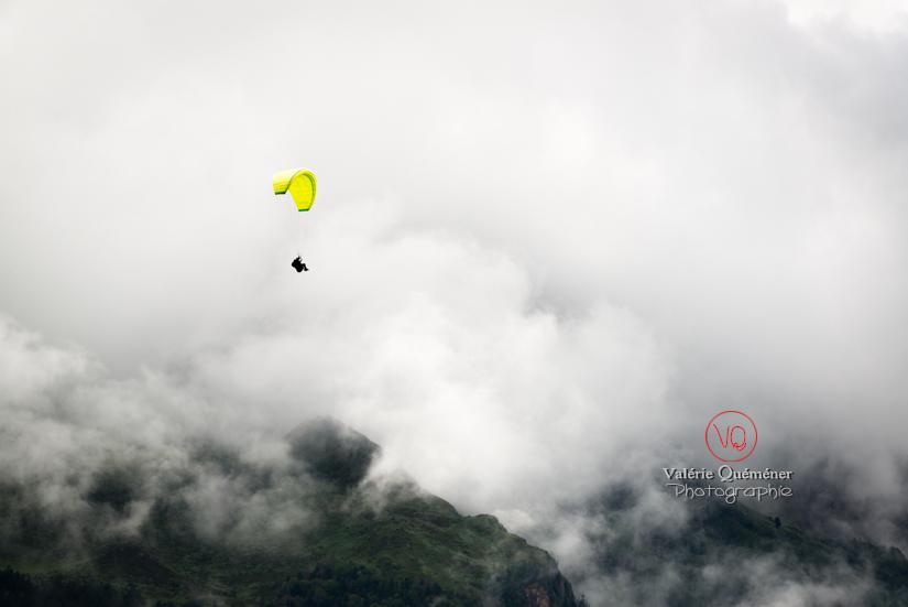 © Valérie Quéméner I Parapente dans la brume - Réf : para-0427