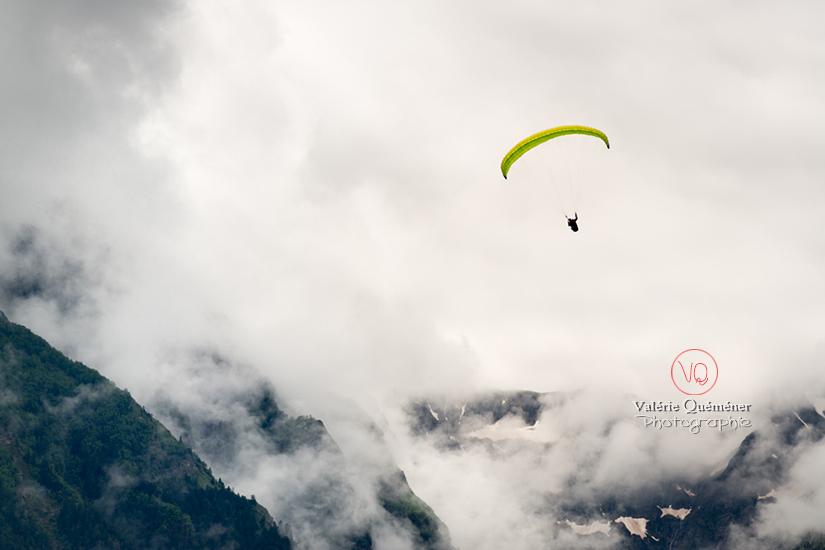© Valérie Quéméner I Parapente dans la brume - Réf : para-0429